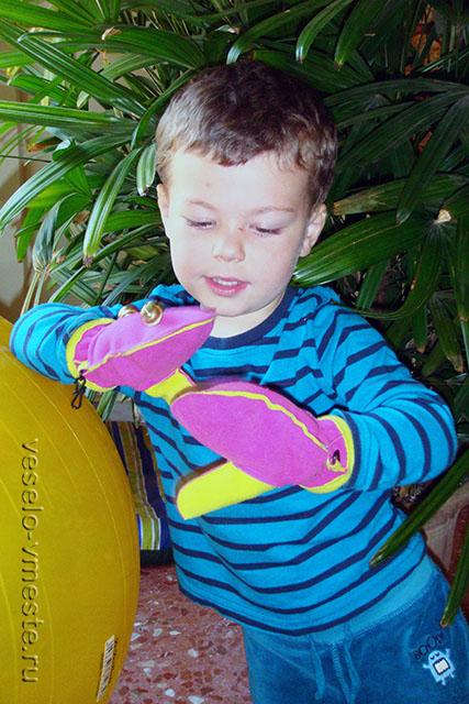 Первые игрушки. Звенящие варежки