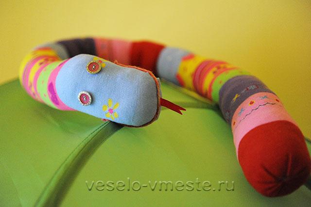 Первые игрушки. Змея из колготок на листике
