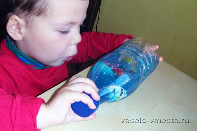 Игра с развивающей бутылочкой-искалкой