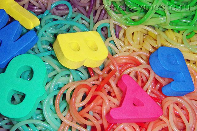 Развивающая игра с буквами и спагетти