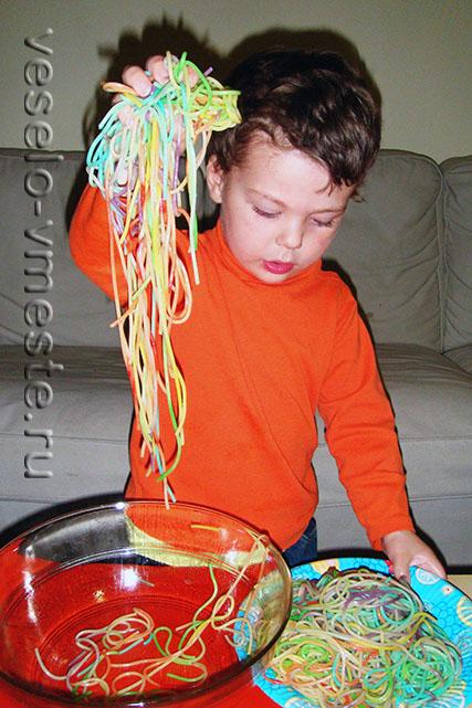 Игра с вареными спагетти для малышей