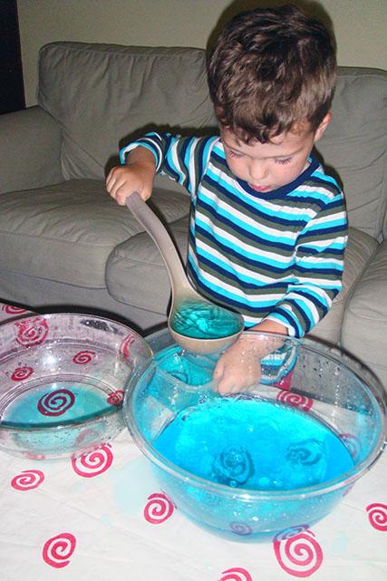 Использование поварешки для игры с водой