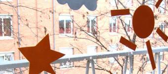 Геометрический коллаж на окне